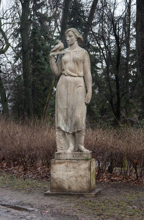 235_FEA_Woman_statues-01b