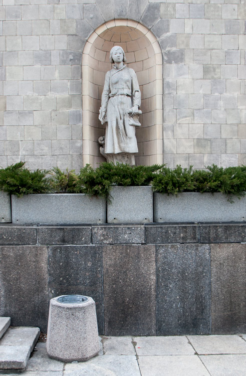 235_FEA_Woman_statues-02