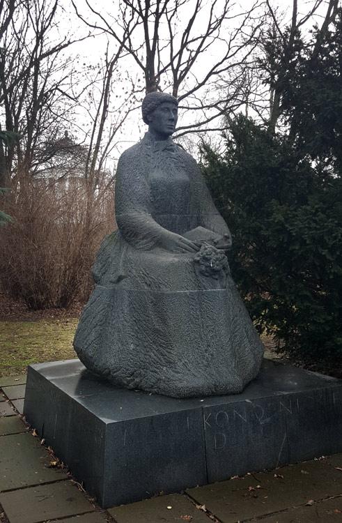 235_FEA_Woman_statues-05