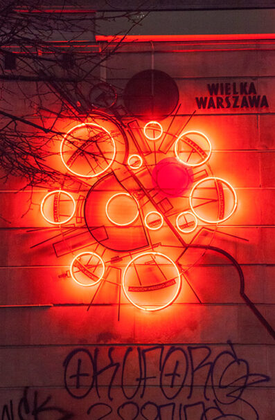 Wielka Warszawa (Marszałkowska 77/79) One of the city's newer signs was conceived by artist Arek Vaz, and was implemented as part of the city's public 'participatory budget'. Shown is the 'General Plan for Great Warsaw', an urban spatial plan that was developed in 1928 by a team of architects and engineers under the direction of Stanisław Różański. With Warsaw's population projected to triple to up to three million residents by 1958, Różański's team sought to counter the chaos of such a population explosion by establishing new districts and infrastructure that would readily absorb the rising numbers of people.